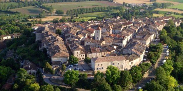 Le magnifique village perché de Lauzerte avec ses maisons en pierre blanche du Quercy