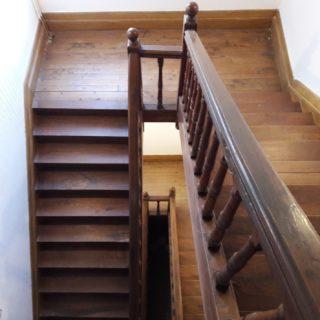 Bel escalier en bois d'origine et avec beaucoup de charme