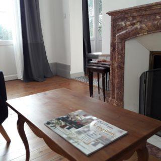 Salon de la suite feu pour un moment de détente et de lecture près de la cheminée en marbre