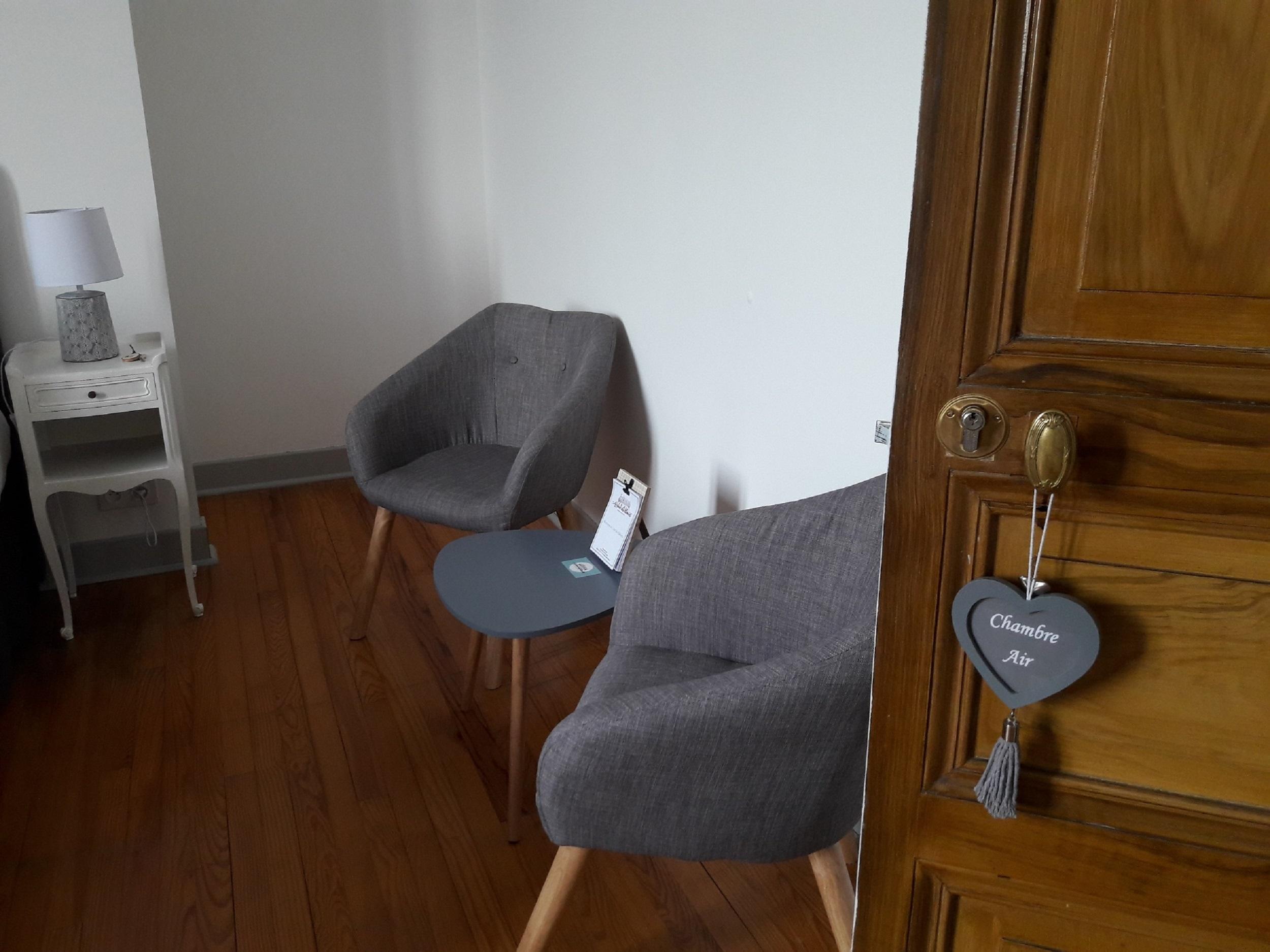 Coin salon de détente avec deux fauteuils de la chambre air