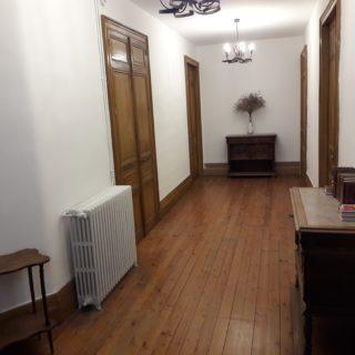 Magnifique couloir au premier étage avec parquet et portes en bois d'origine