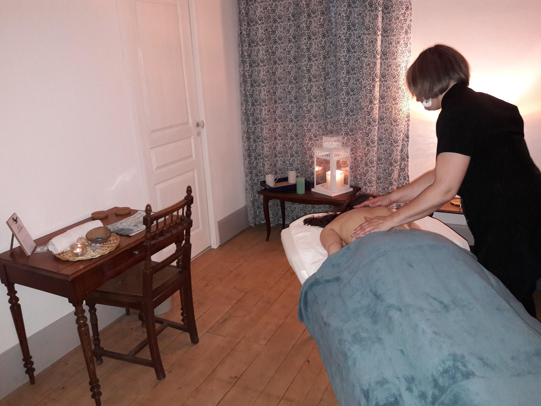 Massages détente belle décoration lumière tamisée