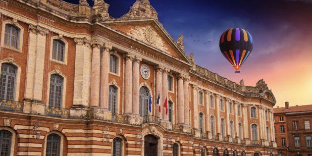 Superbe place du capitole à Toulouse en Haute-Garonne et ses bâtiments en brique rouge