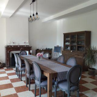Salle à manger avec belle cheminée en marbre, mélange de l'ancien et du moderne