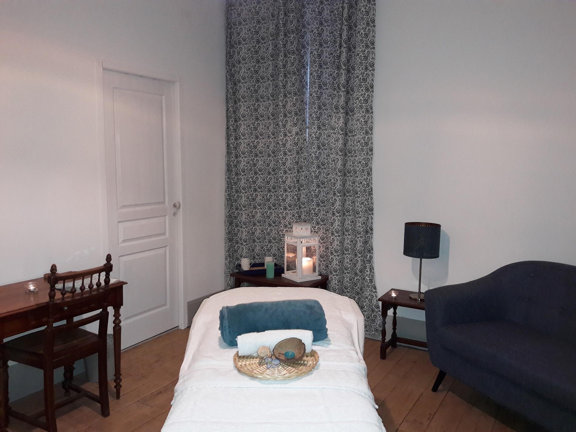 Sejour detente dans la suite eau avec table de massage dans le salon de la suite décoration épurée tons de bleu