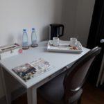 Coin bureau avec plateau de courtoisie avec bouilloire, eau minérale, thé, café et biscuits