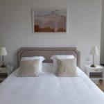 Chambre d hote avec lit king size de grand confort, décorée épurée dans les tons de beige avec un mélange d'ancien et de moderne