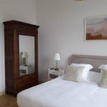 Armoire ancienne et grand lit très confortable, le charme de l'ancien et le confort du moderne