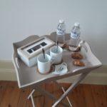 Elégant plateau de courtoisie avec des tasses, de l'eau, du thé, du café et des biscuits