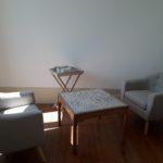 Salon de la suite avec fauteuils confortables, table basse et plateau de courtoisie