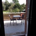 Terrasse privative de la suite Feu avec table et chaises et belle vue sur le jardin