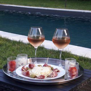 Du bon rosé du Tarn-et-Garonne pour l'apéritif de la table d'hôtes en bord de piscine