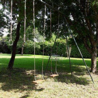 Jolie balançoire pour se détendre au fond du parc des chambres d'hôtes