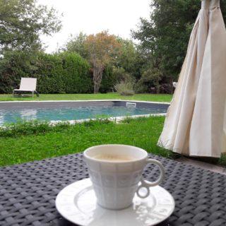Pause café et détente au salon de jardin près de la piscine des chambres d'hôtes