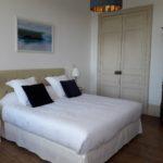 Belle et spacieuse chambre d'hôtes Eau avec lit king size de très grande qualité, oreillers moelleux et cadre photo sur le thème de l'eau