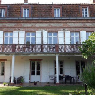 Maison d'hôtes et ses terrasses donnant sur le jardin