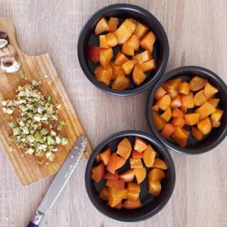Préparation d'un clafoutis abricot pistache pour le plateau gourmand des hôtes au coeur des éléments