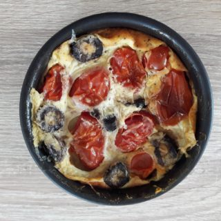 Clafoutis tomate olive servi en entrée de la table d'hôtes