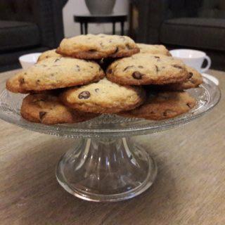 Superbes cookies faits maison sur un joli présentoir en verre