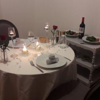 Table raffinée et dressage élégant dans le cadre du dîner romantique aux chandelles
