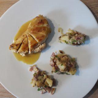 Plat de la table d'hôtes composé d'un filet de poulet à l'estragon et ses panais aux lardons