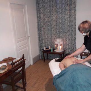 Massage détente dans le salon cosy de la suite eau
