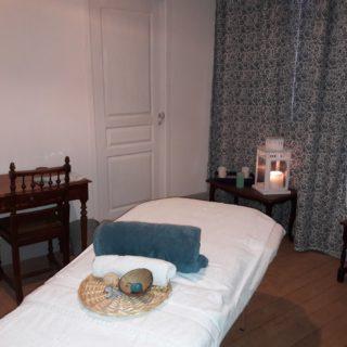 Table de massage dans le salon de la suite Eau avec jolie décoration apaisante dans les tons de bleu