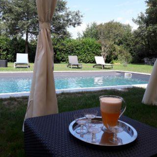 Boisson fraîche servie près de la piscine
