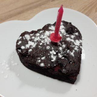Moelleux au chocolat d'anniversaire en forme de coeur