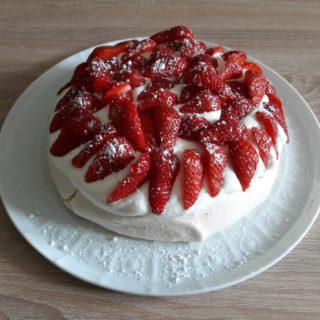 Pavlova aux fraises en dessert de la table d'hôtes