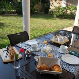 Table du petit-déjeuner servi en terrasse
