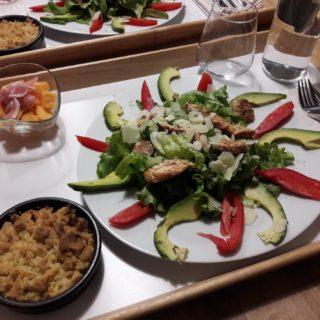 Plateau repas léger avec salade gourmande et dessert