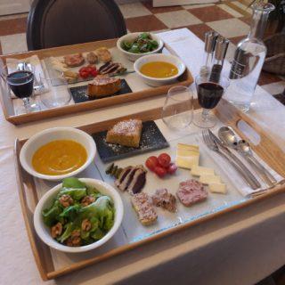 Plateau gourmand composé de soupe, charcuterie, fromage et d'un dessert