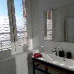 Salle de bain avec fenêtre et grande vasque double haut de gamme