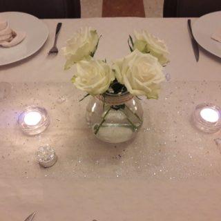 Dressage raffiné de la table d'hôtes avec des fleurs