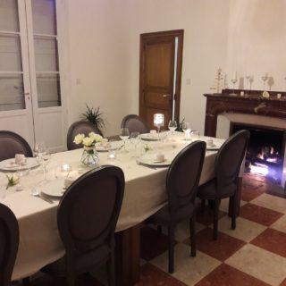 Table d'hôtes dressée avec goût pour Noël