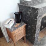 Petite table près de la cheminée avec bouilloire, biscuits et de quoi se préparer du thé et du café