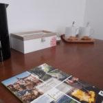 Bureau avec nécessaire pour se préparer une tasse de thé ou de café, des biscuits et de la documentation sur le Tarn-et-Garonne
