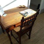 Coin bureau dans le salon belle chaise ancienne et magazine