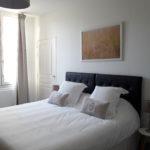Chambre d'hôtes Terre avec grand lit king size très confortable et oreillers moelleux