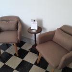 Coin salon cosy avec deux fauteuils et table d'appoint pour se détendre