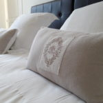 Coussins et oreillers moelleux et très confortables dans la chambre d'hôtes Terre