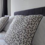 Très confortable chambre d'hôtes Air avec ses oreillers moelleux et ses coussins raffinés