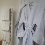 Salle de bain de la chambre d'hotes Terre avec serviettes moelleuses et peignoirs en nid d'abeille