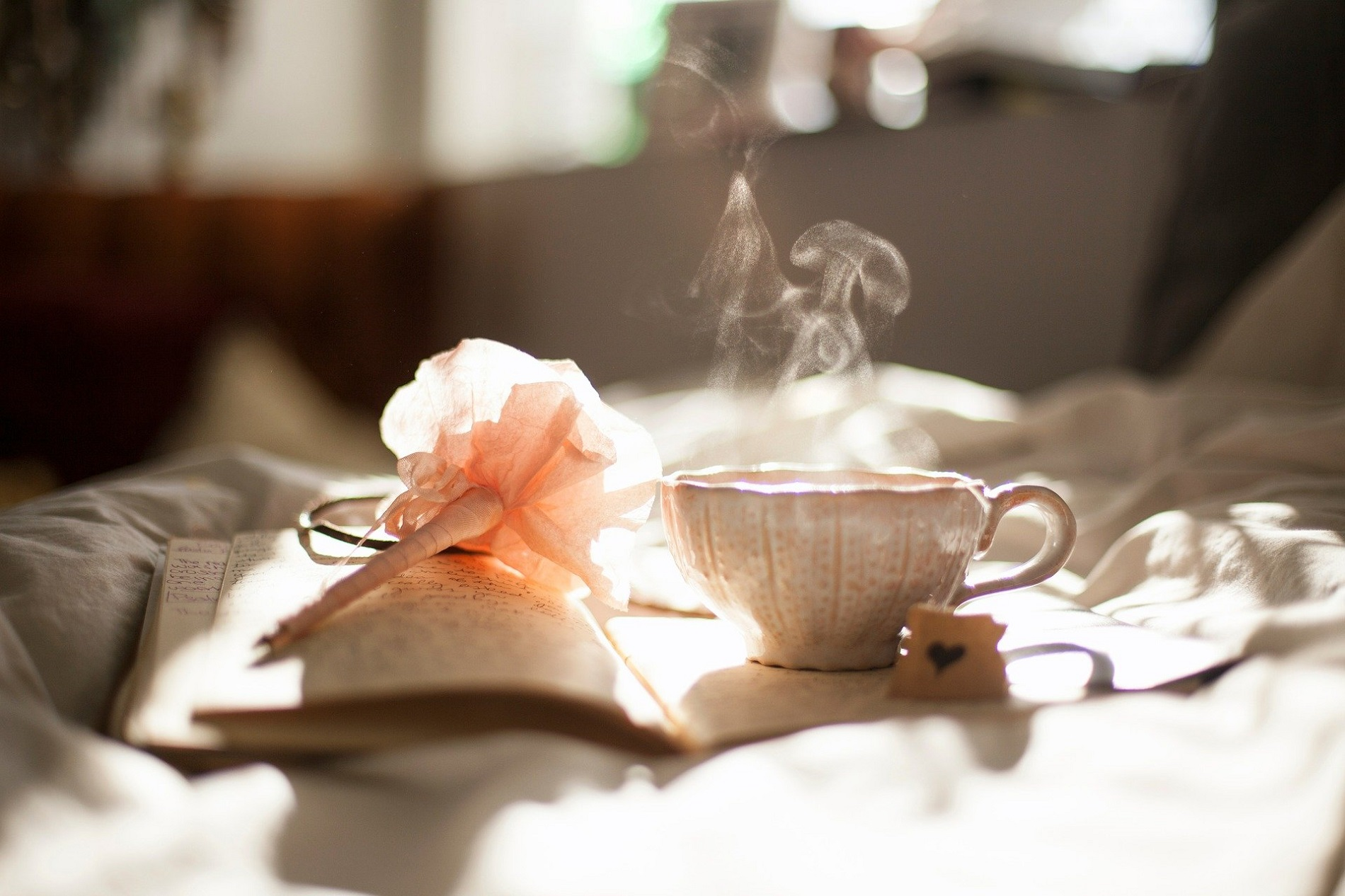 Détente et bien-être autour d'une tasse de thé, d'un livre et de jolies fleurs