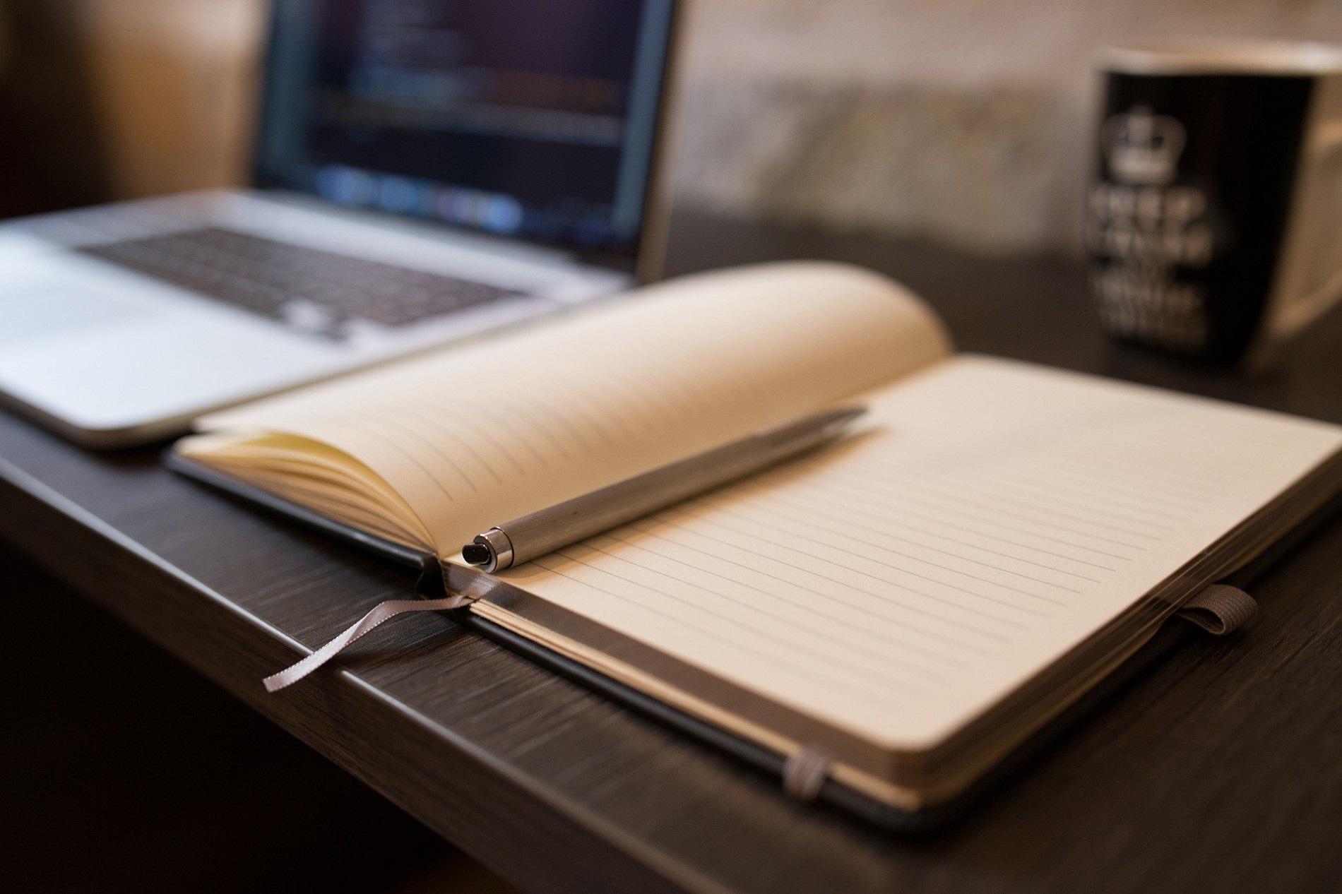 Carnet de notes avec stylo et ordinateur portable pour séjour professionnel