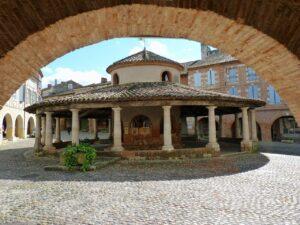 Place des Halles à Auvillar, un des plus beaux villages de France